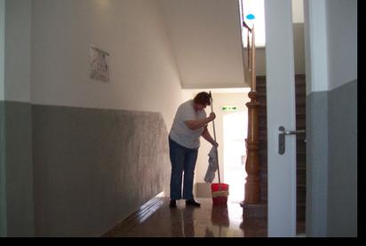 beim reinigen der wohnung wohnheim und ambulant betreutes wohnen in alfeld. Black Bedroom Furniture Sets. Home Design Ideas